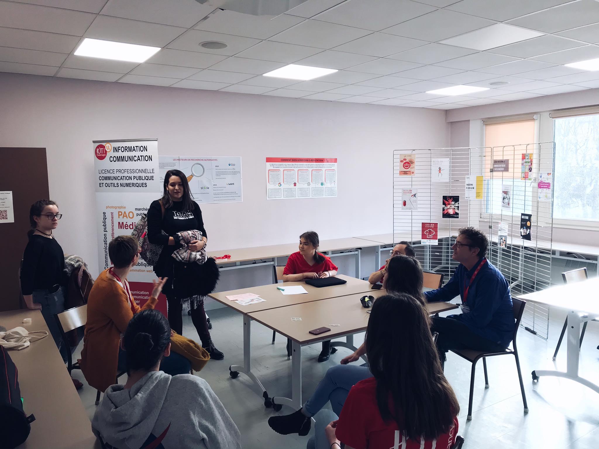La LP CP&ON répond aux questions de deux étudiantes lors de la Journée Portes Ouvertes.